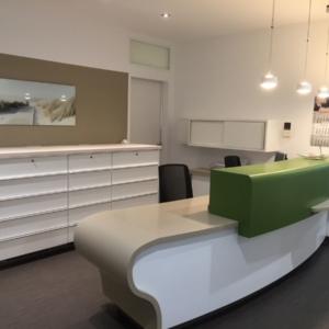 Praxismöblierung mit Funktionsmöbel und Empfangstheke für Frauenarztpraxis Leipzig, maroc design GmbH