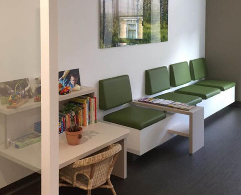 Praxismöblierung mit Kinderspielecke im Wartezimmer für Frauenarztpraxis Leipzig, grüne Polsterung, maroc design GmbH