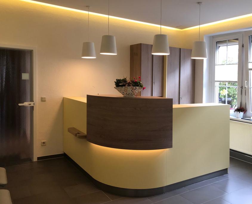 Praxsimöbel und Empfangstheke für Physiotherapiepraxis in Augustusburg, gewerkübergreifender Komplettausbau, maroc design GmbH