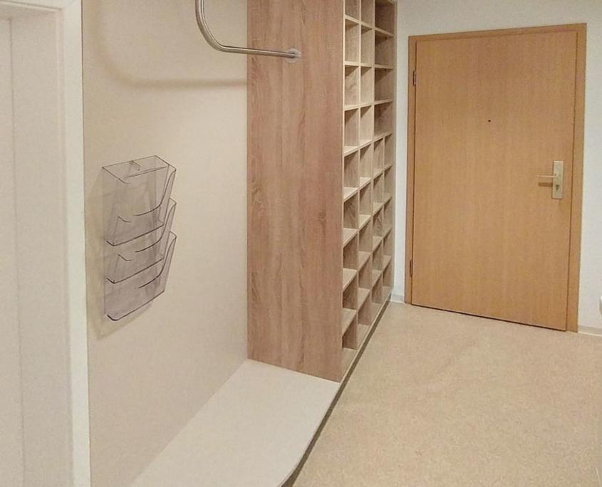 Garderobe Physiotherapiepraxis mit Kleingefache